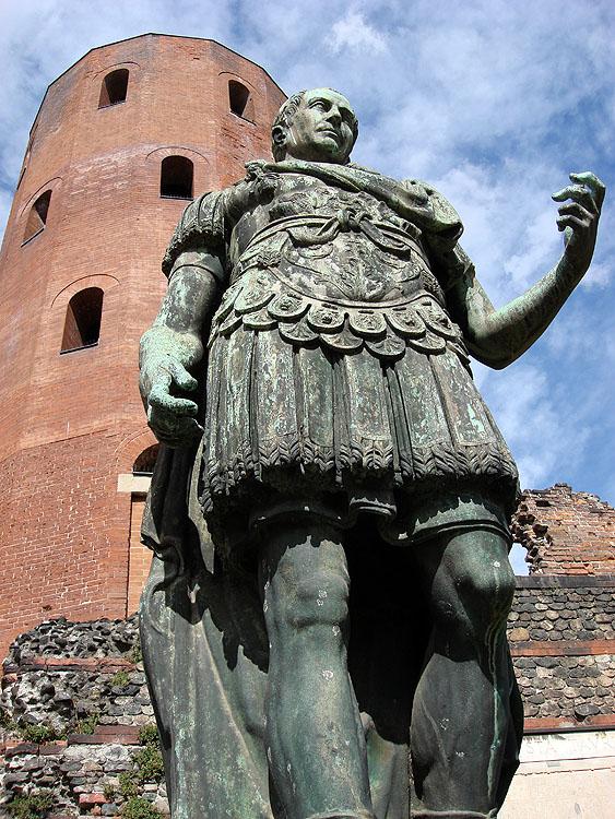Турин, памятник Юлию Цезарю