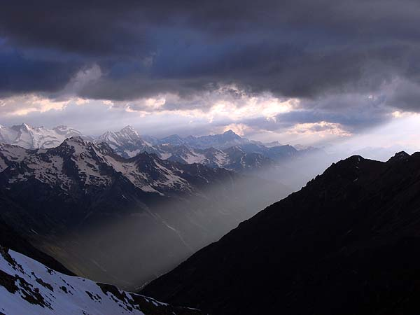 Погода портится: тучи над горами
