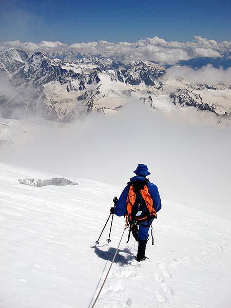 Спуск по леднику среди трещин
