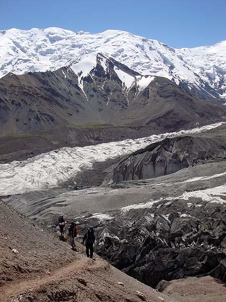 Подъем в первый лагерь - узкая тропа в большие горы