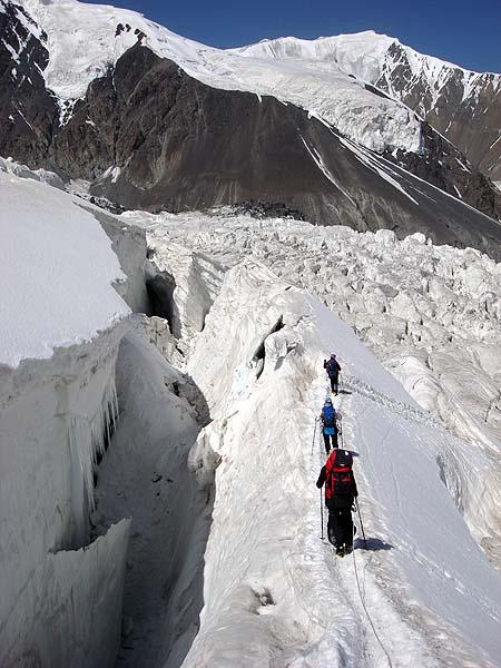 Спуск среди трещин ледника Ленина