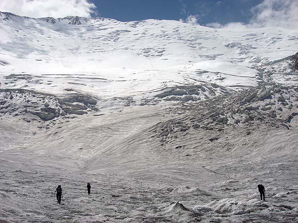 Спуск по леднику в первый лагерь