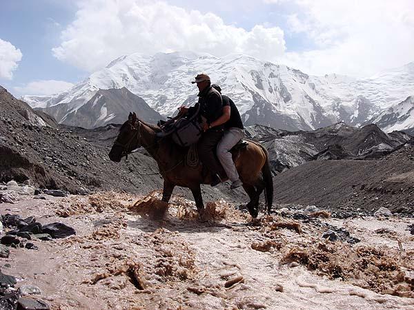 Переправа через горную реку с помощью лошади