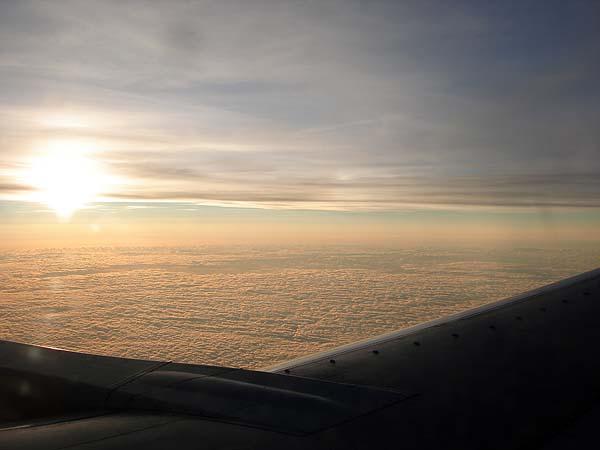 Вид на облака и солнце из окна самолета