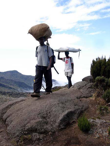 Портеры - высотные носильщики - обязательный атрибут Килиманджаро