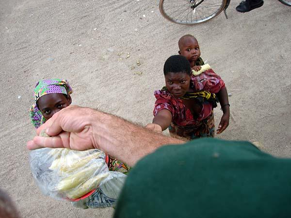 Символичный снимок для нищего африканского континента, где рука белого человека с монетой воспринимается с вожделением