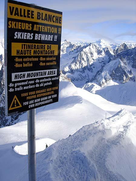 Предупреждающая табличка в начале тропинки в Белую долину