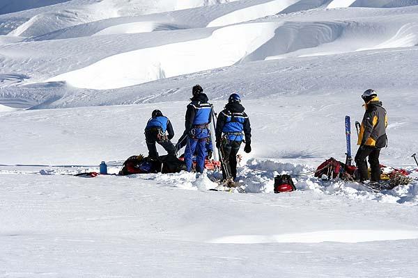 Спасатели извлекают человека из трещины в Белой долине
